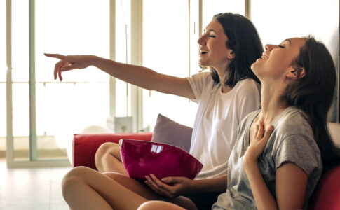 テレビを見る女の子