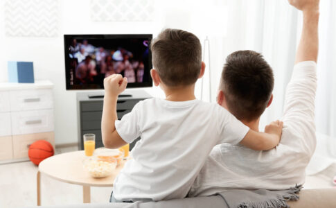 テレビを見る父子