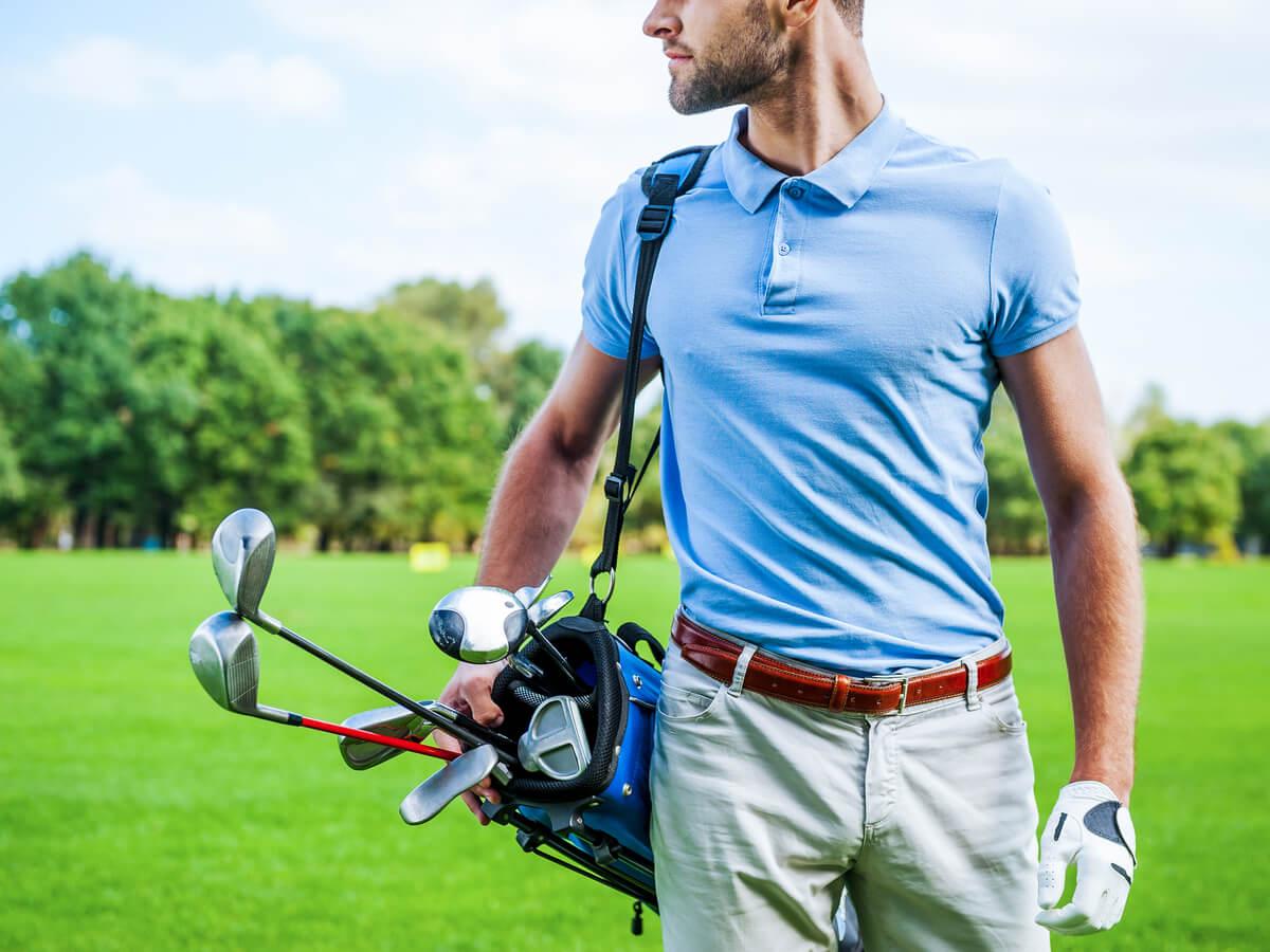 水色のゴルフウエアを着ている男性
