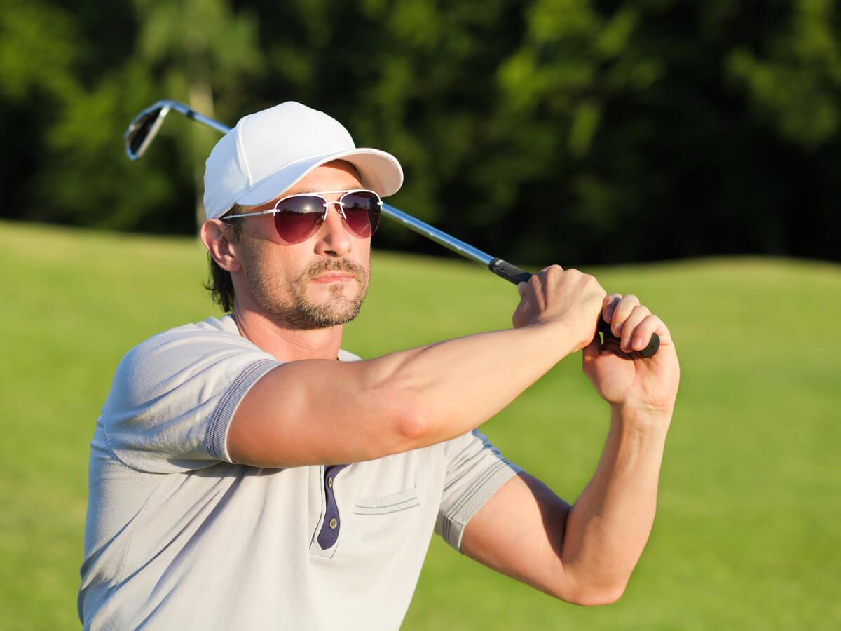 ゴルフする男性