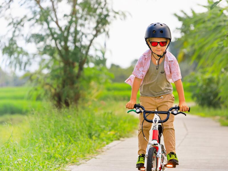 BMXに乗っている子供