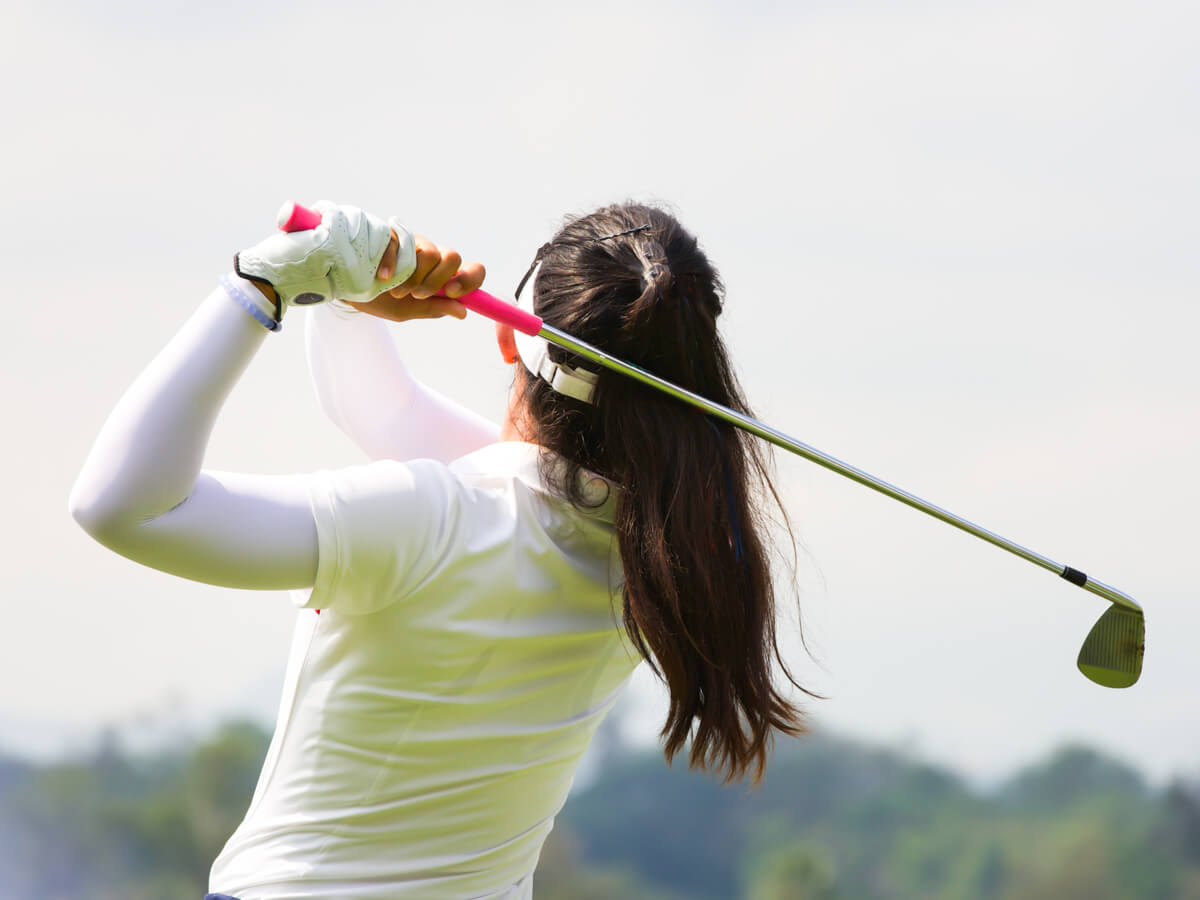 ゴルフしている女性